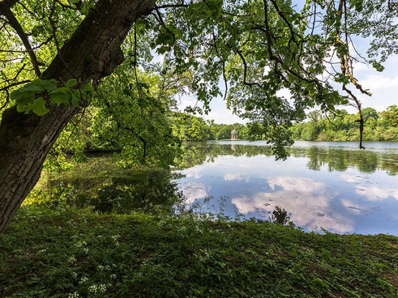 Panoramablick im Sommer über den Badenburger See mit Apollotempel.