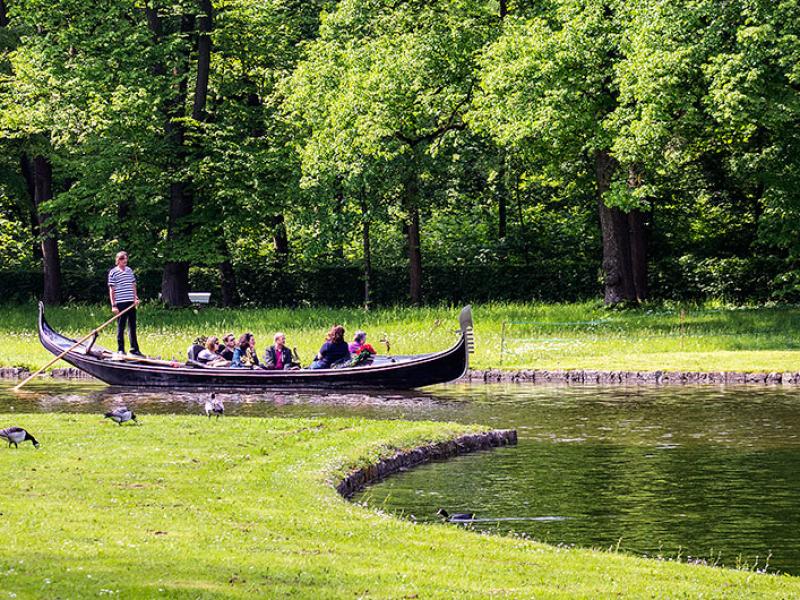 Die neueste Attraktion im Schlosspark sind Gondelfahrten.