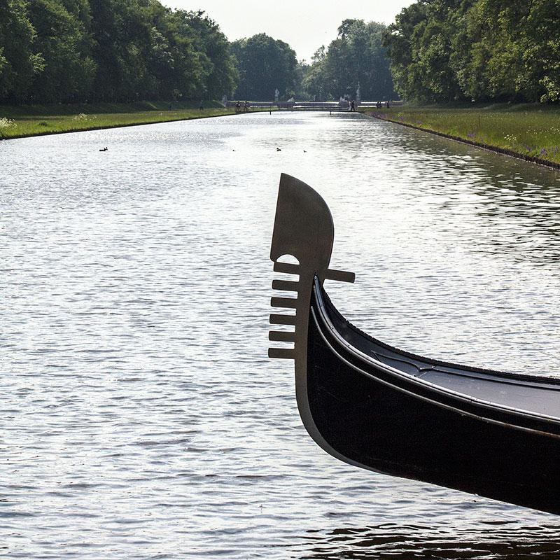 Mit einer echten venezianischen Gondel kann der Mittelkanal befahren werden.
