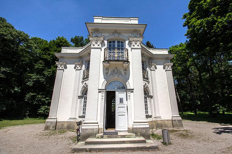 Die Pagodenburg ist als Lustschloß erbaut worden und wurde für exklusive Feste in entspannter Atmosphäre genutzt.