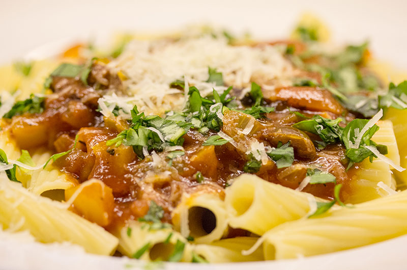 Genial-Einfach: Pasta alla Ciociara – Nudeln mit Paprikaschoten und Oliven