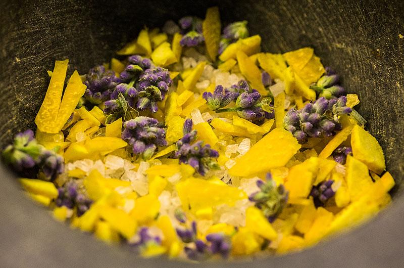 Für Gourmets: Meersalz mit Zitrusfrüchten, Kräutern und Blüten zum Selbermachen