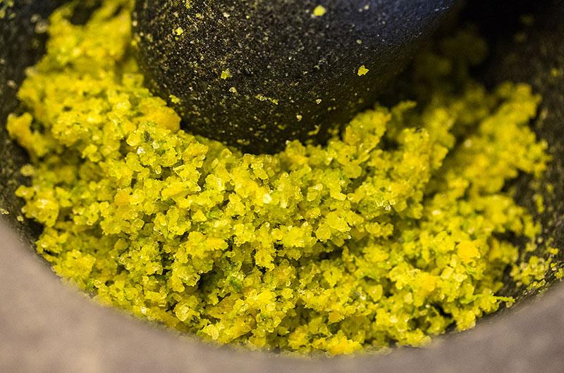 Portionsweise wird Orangenschale und Lavendel mit dem Salz gemörsert.