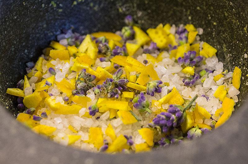 Orangen-Lavendelblüten-Salz passt wunderbar zu Fisch und Meeresfrüchten, Geflügel, Lammfleisch, gegrilltem Gemüse.