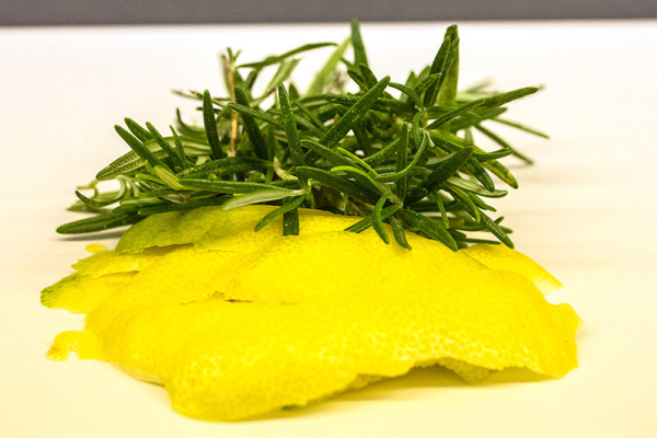 Zitronenzesten mit dem Sparschäler abziehen, Rosmarin waschen und trockentupfen.