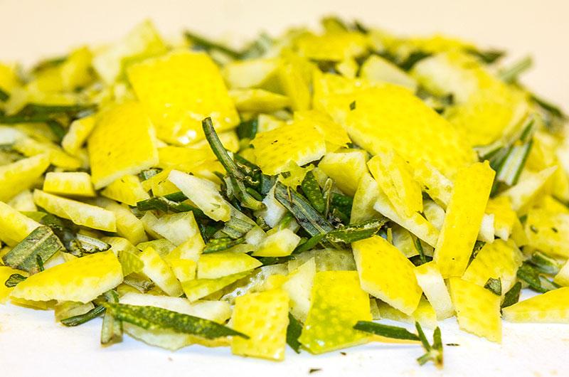 Bevor Zitrone und Rosmarin in den Mörser kommen alles mit dem Messer zerkleinern.