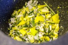 Zitronen-Rosmarin-Basilikum-Salz ist ideal auf Pasta, Salat, Gemüse, Steaks, Ofenkartoffeln, Quiches oder Pizza.