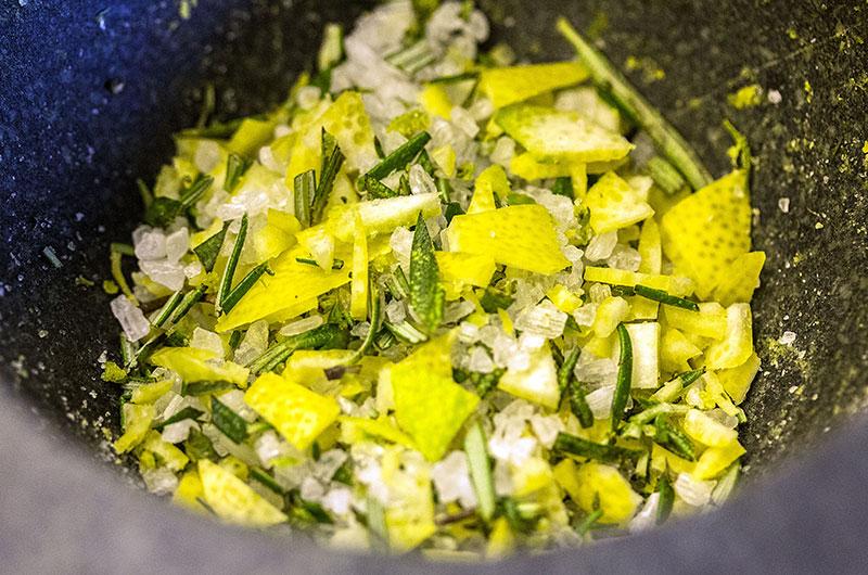 Zitronen-Rosmarin-Salz ist ideal auf Pasta, Salat, Gemüse, Steaks, Ofenkartoffeln, Quiches und Pizza.