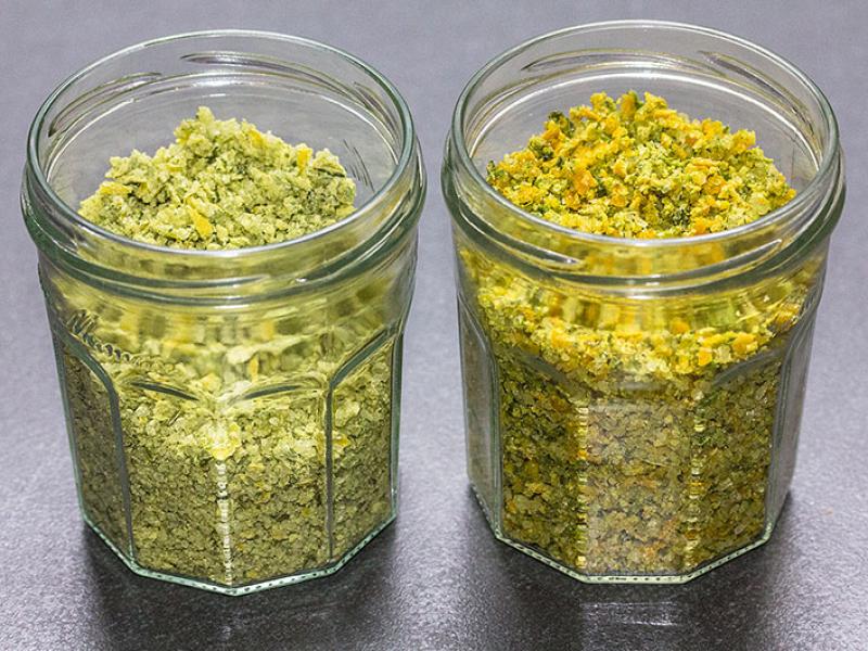 Links das Zitronen-Rosmarin-Basilikum-Salz, rechts Orange-Lavendel-Salz.