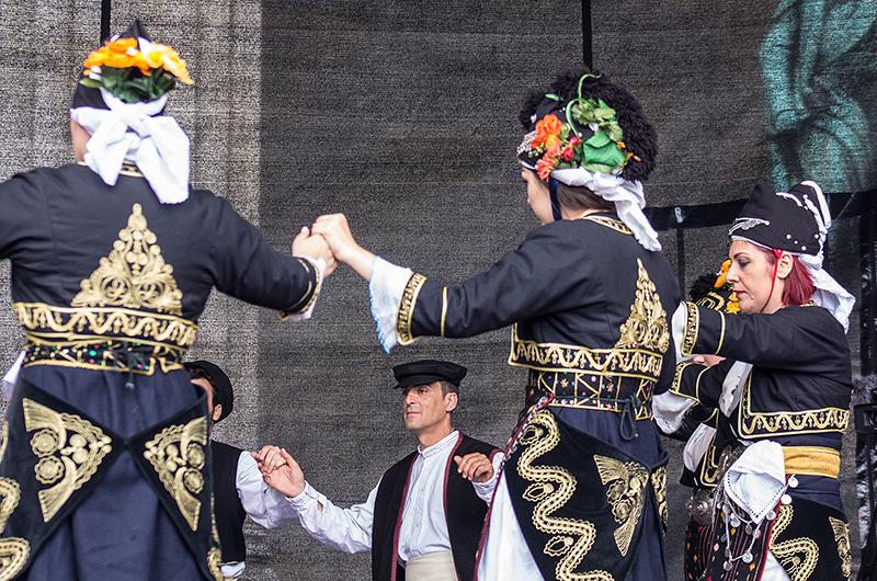 Anmutige Tänze, konzentrierte Gesichter und wertvolle Trachten aus Makedonien.