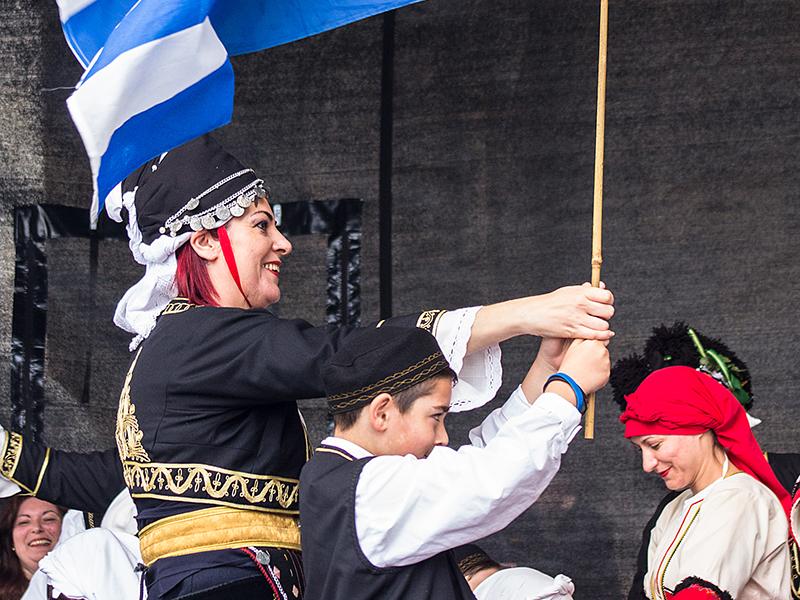 Mit wunderbaren Trachten, guter Stimmung und griechischer Fahne traten die Makedonier auf.