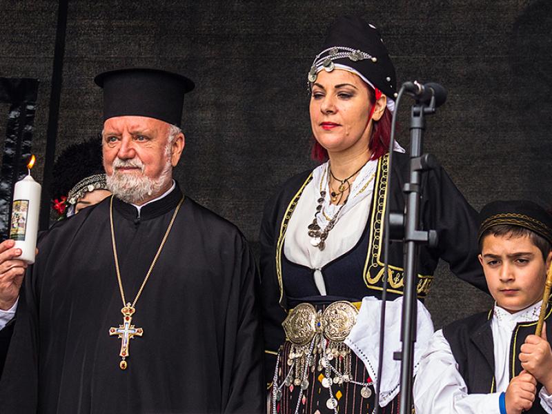 S. E. Metropolit Augoustinos entzündet eine Gedenkkerze für notleidende Griechen in der Heimat und für ein positives Ausgehen zum Griechenland-Gipfel.