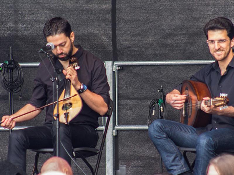 Die beiden Musiker haben auch Spaß auf dem Kulturtag.