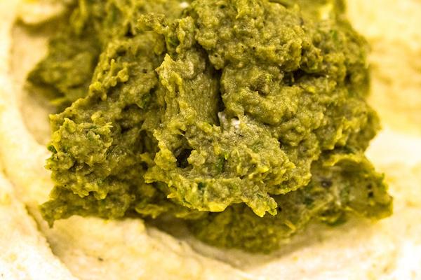 Die Gemüse-Kräutermasse zum Ricotta, Paniermehl und dem Ei geben.