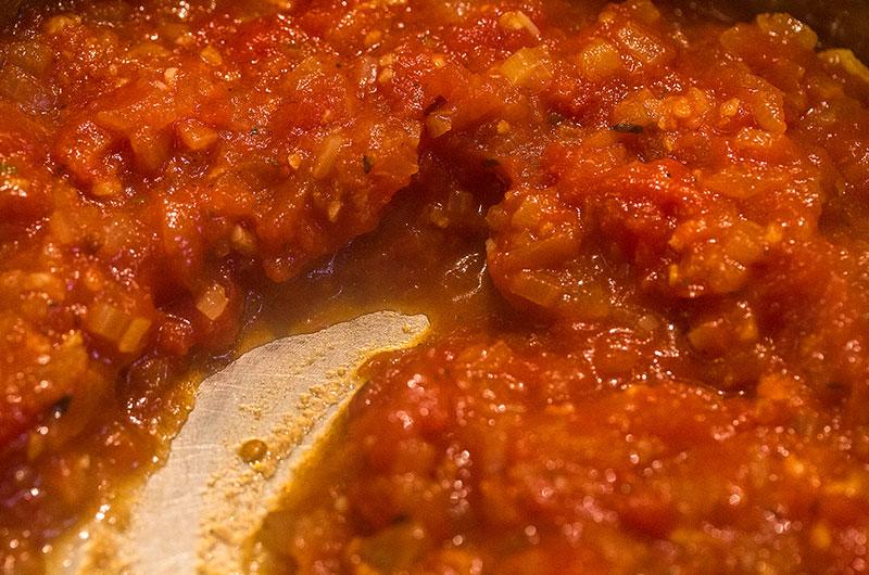 So sieht der fertige Tomatensugo aus, die Flüssigkeit ist eingekocht.