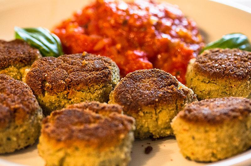 Mit dem Tomatensugo und Basilikumblättern servieren.