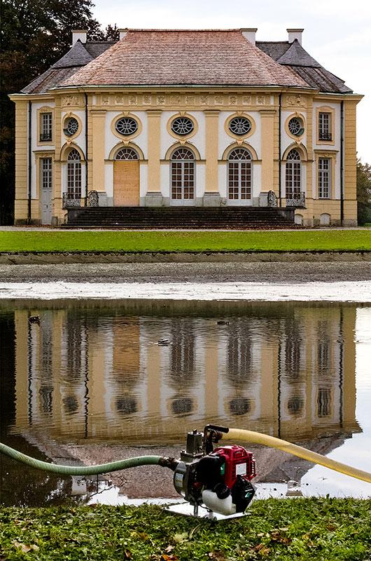 Mit Pumpen wird das Wasser aus dem Badenburger See abgelassen.