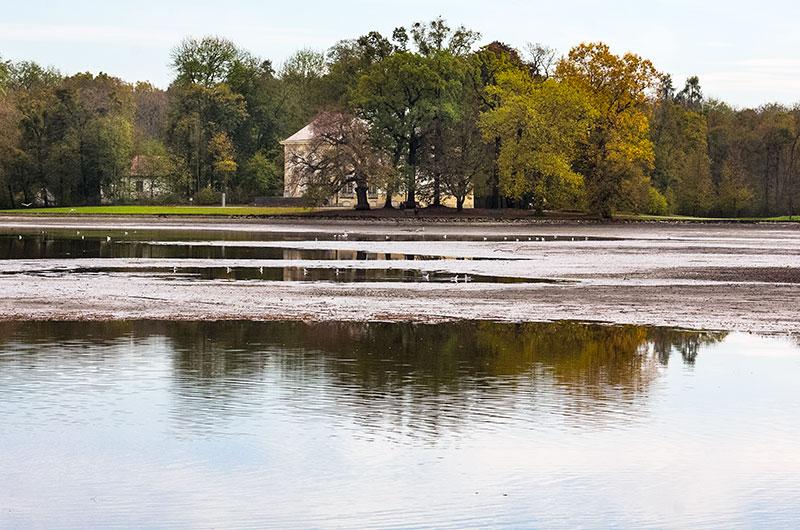 Besonders schön sieht der Badenburger See ohne Wasser nicht aus.