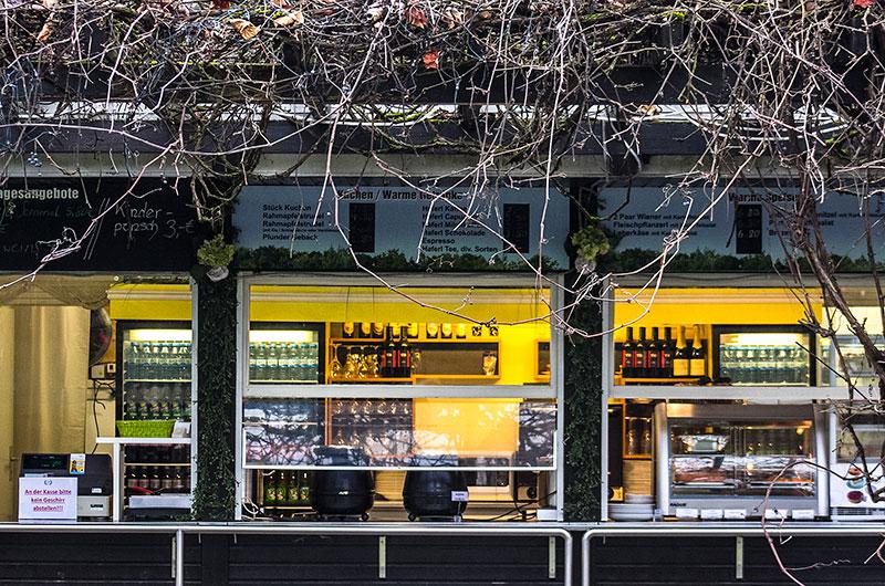 Im Sommer wird neben dem Schlosscafe im Palmenhaus auch ein Selbstbedienungs-Kiosk angeboten.