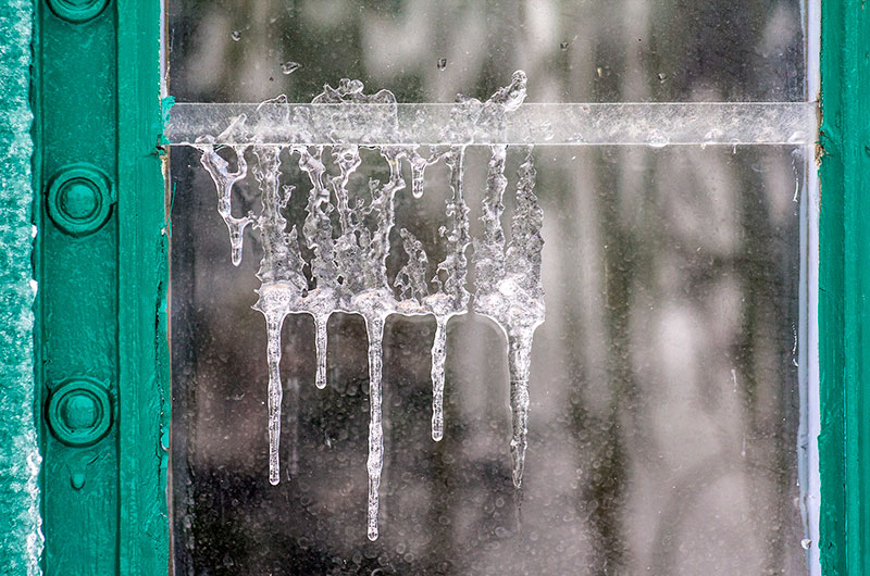 Surreal geformte Eiszapfen am den Fenstern des Eisernen Hauses.