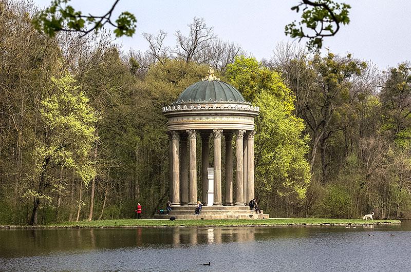 Der Apollotempel am Badenburger See ist  ein Monotperos mit zehn Säulen.
