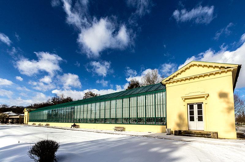 Winterstimmung am östlichen Gewächshaus. Es wurde nach einem Brand neu erbaut und hat seither den Namen Eisernes Haus.
