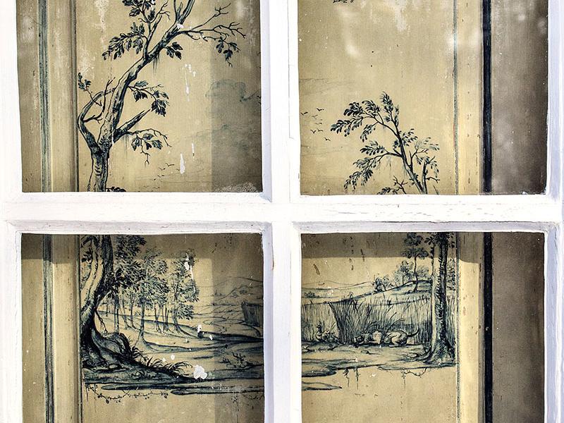 Die originalen Fensterläden zeigen Natur- und Jagdmotive.