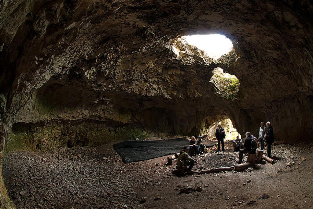 Die Brillenhöhle wurde als saisonales Jagdlager genutzt, große Feuerstellen zeigen dass sie intensiv genützt wurde.