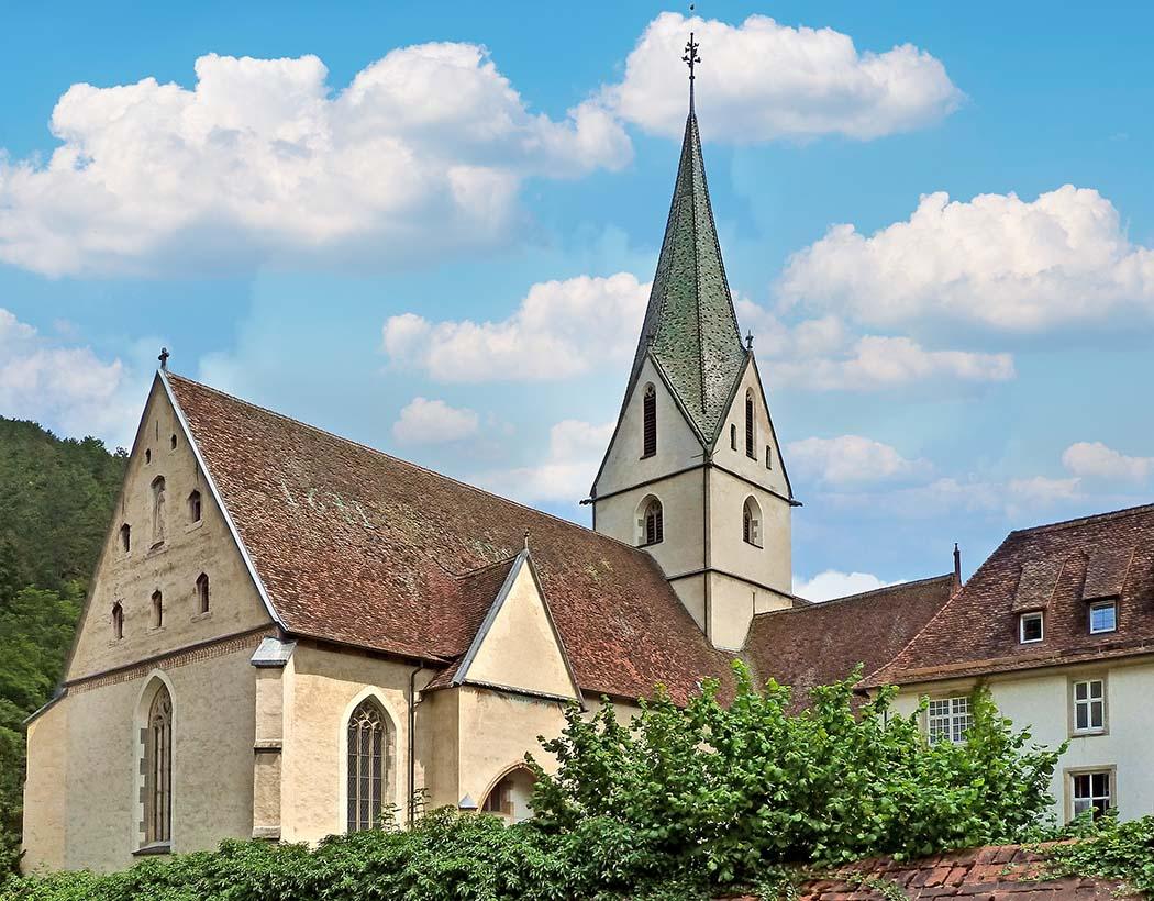 Kloster Blaubeuren, Klosterkirche 01 Nach schweren Brandschäden wurde ab 1466 fast das ganze Kloster Blaubeuren neu erbaut. Das Langhaus ist durch den mächtigen Zentralturm vom Chor abgetrennt. Foto; Wikimedia, Schilling Thomas