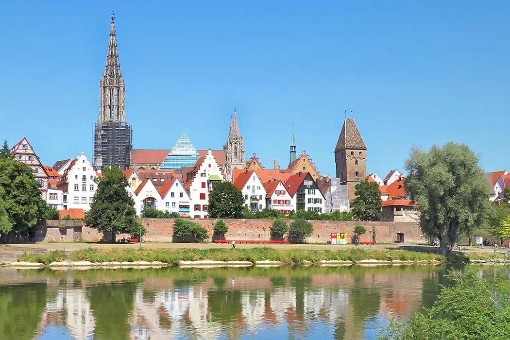 Ulm, Donauufer von Neu-Ulm, wiki, Maimaid Das in der Altstadt gelegene Ulmer Münster ist nach dem Kölner Dom die größte gotische Kirche Deutschlands. Mit über 161 Metern Höhe ist sein Turm der höchste Kirchturm der Welt. Foto: Wikimedia, Maimaid