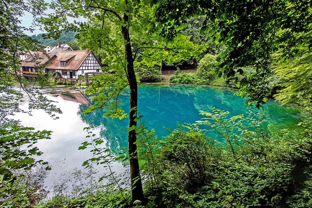 reise-zikaden.de, Der Blautopf in Blaubeuren und die Höhlen der Neandertaler, blautopf, hammerschmiede Der Blautopf in Blaubeuren ist die zweitgrößte Karstquelle der Schwäbischen Alb. Nach dem Aachtopf bei Konstanz ist er die zweitstärkste Einzelquelle Deutschlands. Foto: Reise-Zikaden, M. Hoffmann