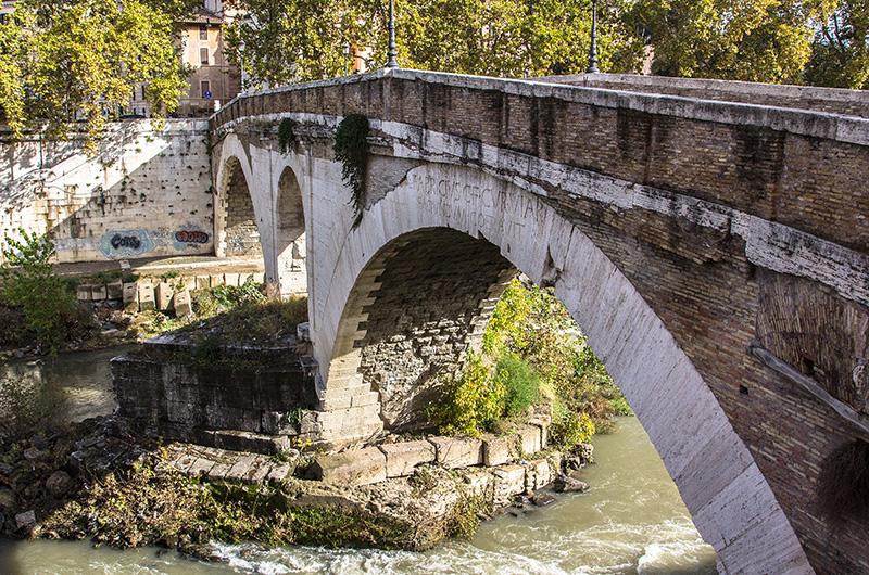 Pons Fabricius ist die älteste noch funktionstüchtige Brücke im Stadtgebiet Roms.