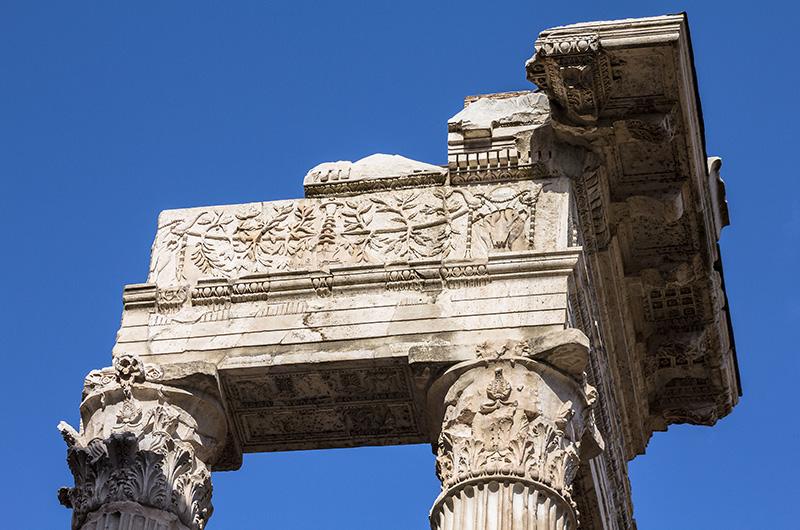 Korinthische Säulen mit Architrav, auf dem Olivenlaubgirlanden und Stierköpfe zu erkennbar sind