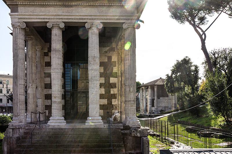 Der Tempel des Portunus (auch Tempel der Fortuna Virilis genannt) ist der einzige fast vollständig erhaltene Tempel aus republikanischer Zeit (um 100 v. Chr.). Dahinter der Rundtempel für Hercules Victor aus der Zeit des Augustus.