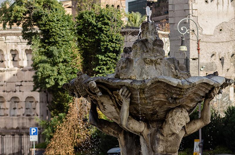 Der Barockbrunnen mit zwei Tritonen auf der Piazza della Bocca della Verita.