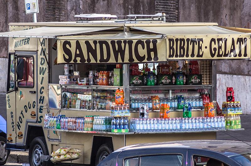 """""""Sandwich, Bibite, Gelati!"""" Im Zentrum von Rom sind Imbisswägen unterwegs."""