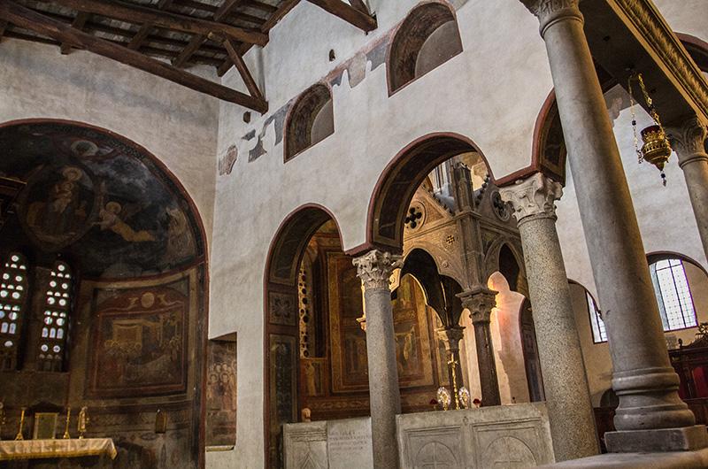 Der Innenraum von S. Maria in Cosmedin ist mit schönen ornamentalen Marmorintarsien, Säulen und Pfeilern verziert.