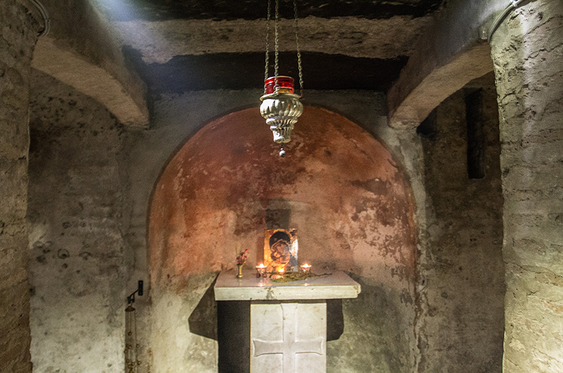 Die Krypta von S. Maria in Cosmedin wurde in die Tuffquader des antiken Podiums des Herkulestempels eingebaut.