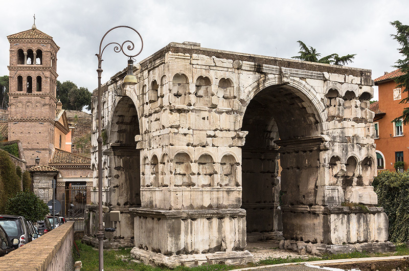 Der Janus-Quadrifons ist ein viertoriger Marmorbau, besser gesagt eine überdachte antike Straßenkreuzung, Treffpunkt der Händler.
