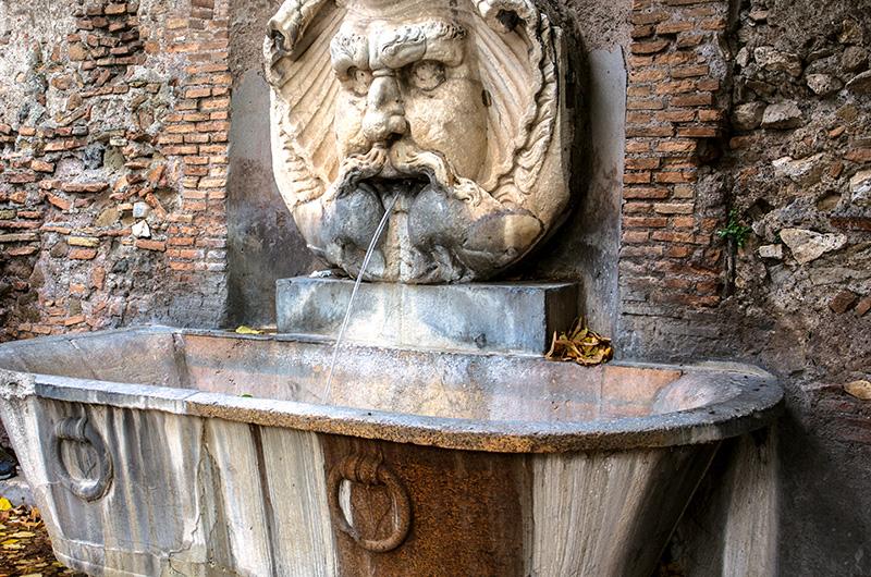 Die antike Fontana all'ingresso an der Piazza Pietro d'Illiria bewacht den Zugang zum Park.