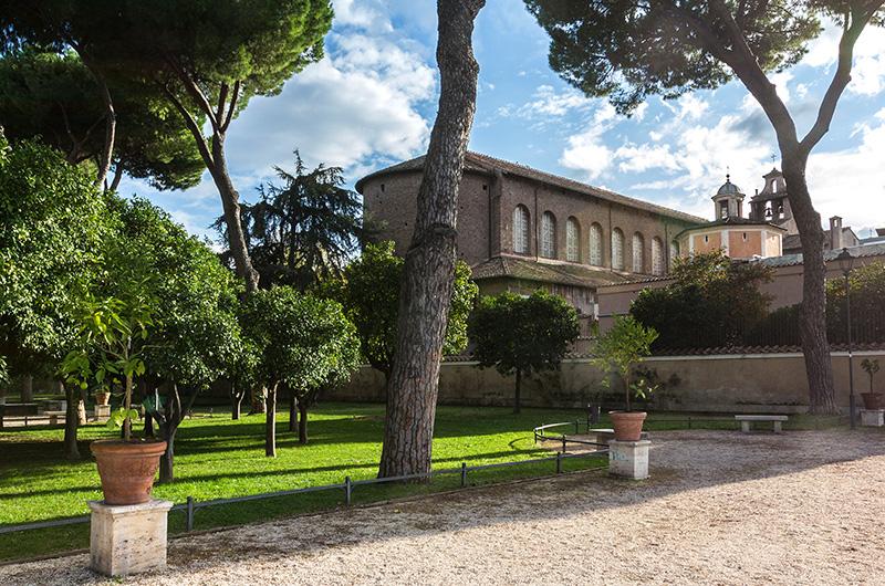 Die frühchristliche Basilika Santa Sabina all'Aventino wurde bereits im 5. Jahrhundert erbaut, damit gehört sie zu den ältesten und wichtigsten christlichen Basiliken Roms.
