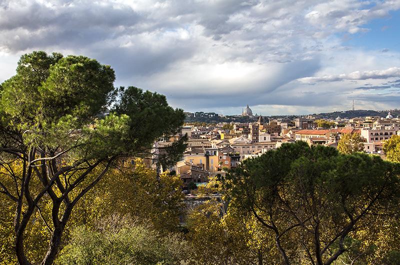 Der einzigartige Ausblick Giardino degli Aranci auf Rom ist eine lange Pause auf den warmen Steinbänken wert.