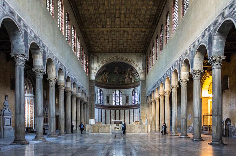 Santa Sabina gehörte zu den ersten Kirchen, in denen über den Säulen Rundbögen als neues Stilmittel in die Architekturgeschichte eingeführt haben