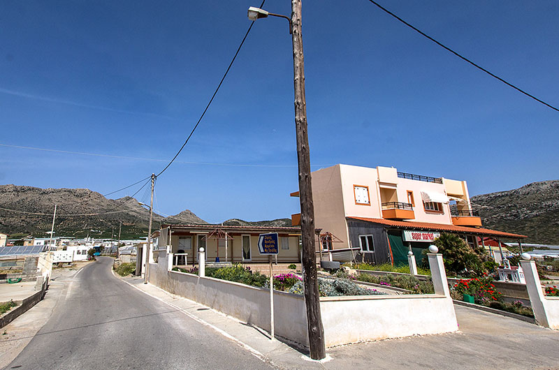 Das Zentrum von Goudouras mit Supermarkt und Kafenion...