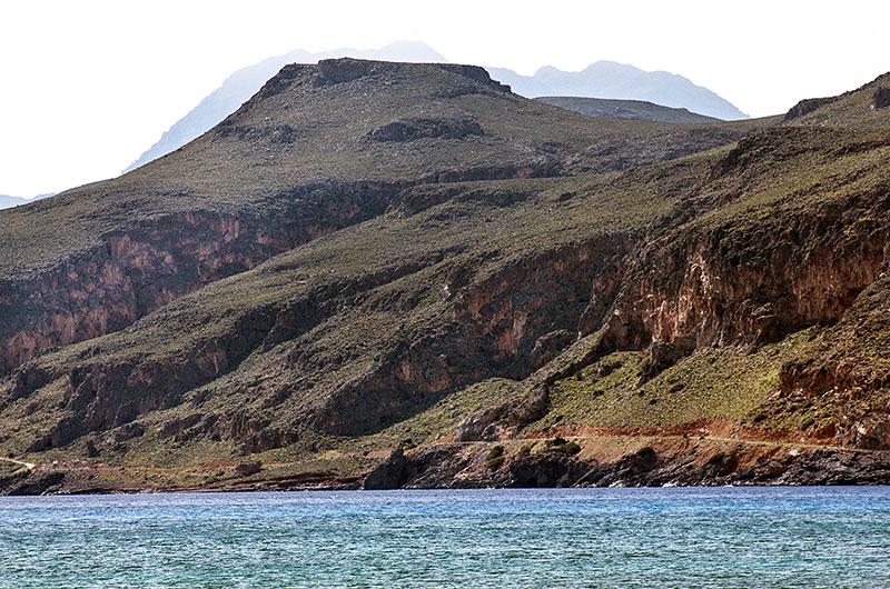 Unterhalb der Steilküste führt die Küstenstraße Richtung Kloster Moni Kapsa und Makrigialos.