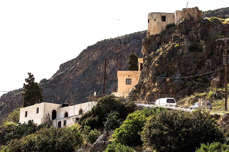 Das Kloster Moni Kapsa liegt direkt an die Felsen geschmiegt. Die alte Windmühle wird nicht mehr benutzt.
