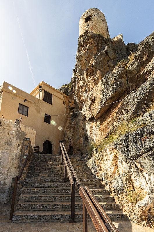 Eine Treppe führt zur Klosterpforte.