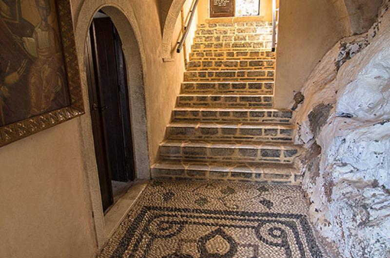 Wunderschöne Kieselstein-Mosaike schmücken den Eingang.