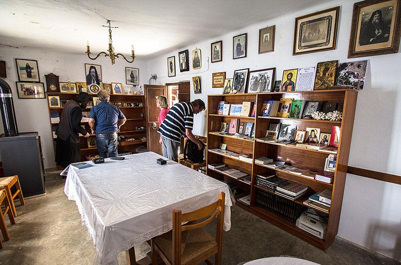 Im Klosterladen können Bücher, Ikonen und Postkarten gekauft werden.
