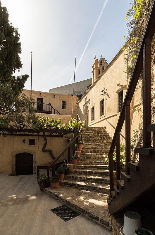 Eine Treppe führt zum Katholikon hinauf, es ist dem Heiligen Johannes und der Heiligen Dreifaltigkeit geweiht.